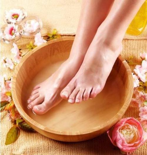Làm mềm chân bằng nước ấm.