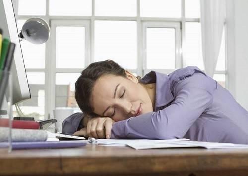 Ngủ gục trên bàn có thể làm bạn thêm đau mỏi.