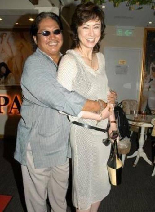 """""""Ông béo giỏi võ thuật"""" Hồng Kim Bảo kết hôn lần hai với Hoa hậu Hong Kong 1984 Cao Lệ Hồng năm 1991. Cũng vì Cao, Hồng vội ly hôn với người vợ đầu Hàn Quốc."""