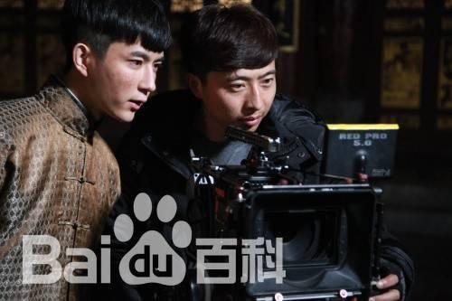 Châu Hiểu Bằng (áo đen) là đạo diễn có tiếng dù còn trẻ.