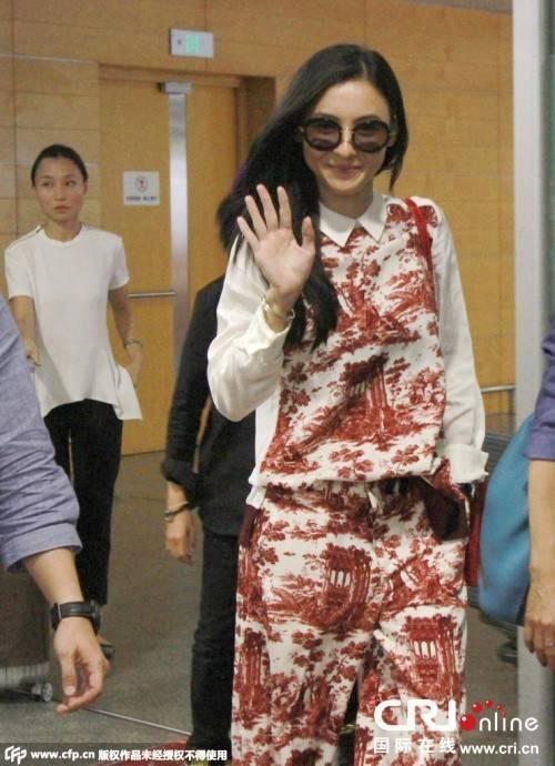 Trương Bá Chi vui vẻ tại sân bay ngày 28/8.