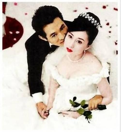 Lý Liên Kiệt có hai đời vợ, vợ thứ hai đang sống với anh đến thời điểm này là Lợi Trí - Hoa hậu châu Á 1986. Tài tử nổi tiếng cũng vì mải mê đắm sắc đẹp của Hoa hậu mà vội vàng ly hôn với người vợ gắn bó keo sơn từ thuở hàn vi.