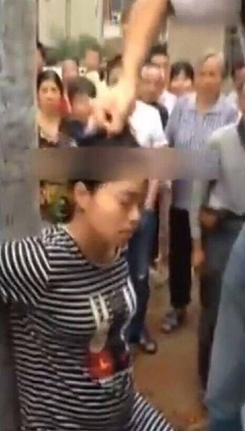 Người phụ nữ trẻ đang mang bầu bị chồng trói vào cột rồi đánh hết sức dã man.
