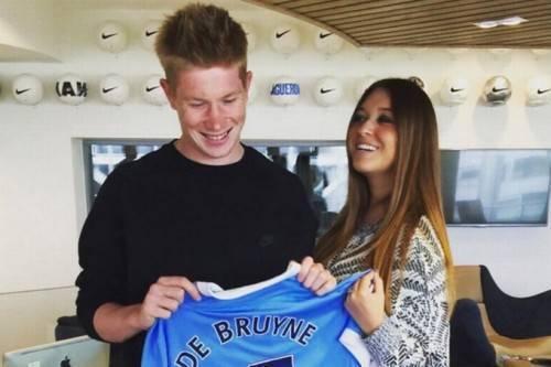 Niềm vui của cả 2 với chiếc áo đấu mới của chàng tuyển thủ điển trai