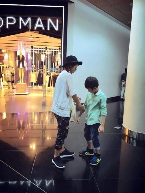 Khả Ngân luôn dành mọi thời gian rảnh hết mức có thể để dẫn cậu bé đi ăn uống, xem phim