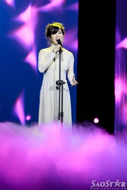 Diva Hồng Nhung thể hiện rất nhập tâm ca khúc Idreamed a dream nhưng khán giả không khó nhận ra phần hát của chị... có vấn đề.