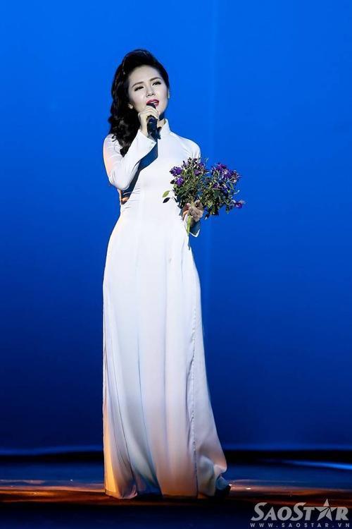 Phương Linh đầy cảm xúc với bản mashup Tình anh, Từ một cánh hoa sim.