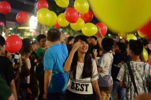 Người dân vui chơi trên phố đi bộ Nguyễn Huệ chiều tối 2-9 -Ảnh: Thanh Tùng.