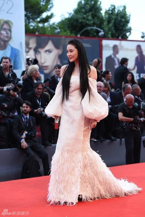 Trương Hinh Dư gần đây được chú ý tại làng giải trí Hoa ngữ nhờ những vai diễn ấn tượng và đặc biệt là tai tiếng tình ái liên quan đến Phạm Băng Băng. Cô từng lên báo khẳng định bị đàn chị cướp người yêu.