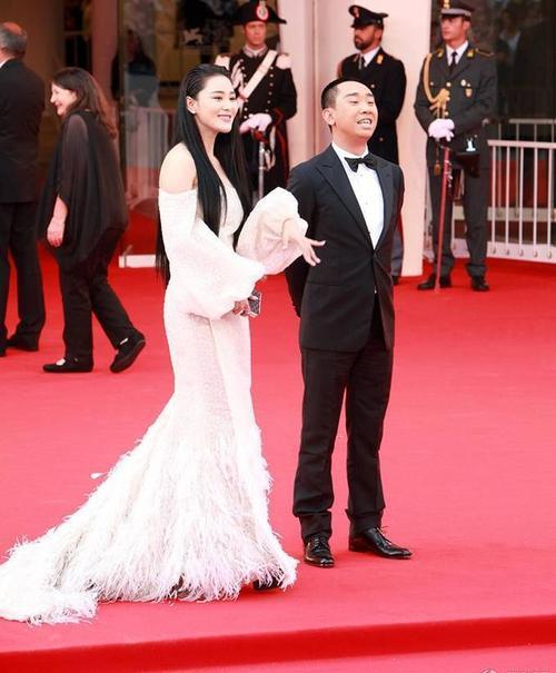"""Trang QQ gọi cô là """"nàng tiên cá đầy gai"""" tỏa sáng trên thảm đỏ."""