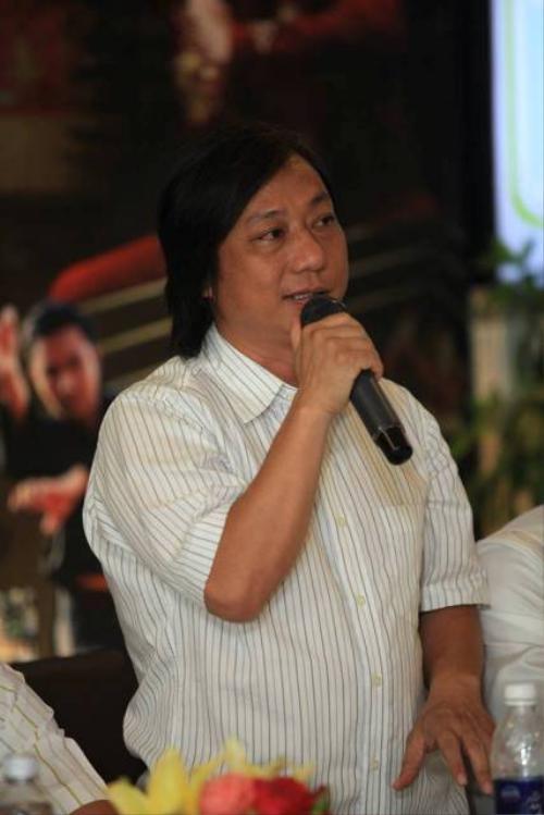 Đạo diễn Minh Cao trong buổi ra mắt đoàn phim.