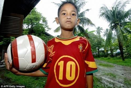 Cậu bé sống sót kỳ diệu sau thảm kịch động đất ở Indonesia vào 11 năm trước...