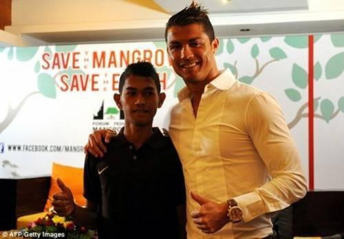 Ronaldo luôn quan tâm và giúp cậu bé mọi mặt