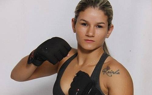 Trong sự nghiệp thi đấu MMA của mình, Monique Bastos đã 6 lần lên ngôi vô địch và có đai xanh môn võ Nhu thuật Ba Tây (Brazilian Jiu-Jitsu).