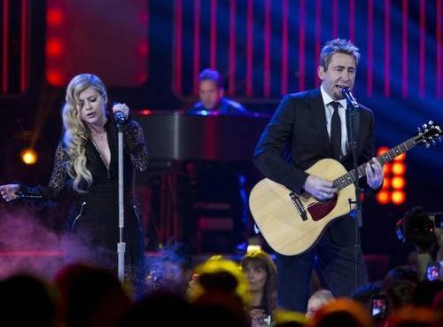 Vợ chồng rocker trên sân khấu năm 2013.