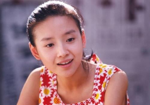 Đổng Khiết là người đẹp có tiếng bởi sự tinh khiết và phúc hậu. 10 tuổi, nhờ vẻ trong sáng, cô được gọi vào đội múa của thành phố. Lớn lên, Đổng Khiết là giai nhân được các đạo diễn yêu quý.