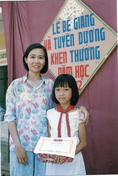 Ca sĩ Mỹ Tâm lúc vừa tròn 11 tuổi. Ảnh chụp vào năm 1992, khi cô nhận được phần thưởng nhờ thành tích học tập tốt.
