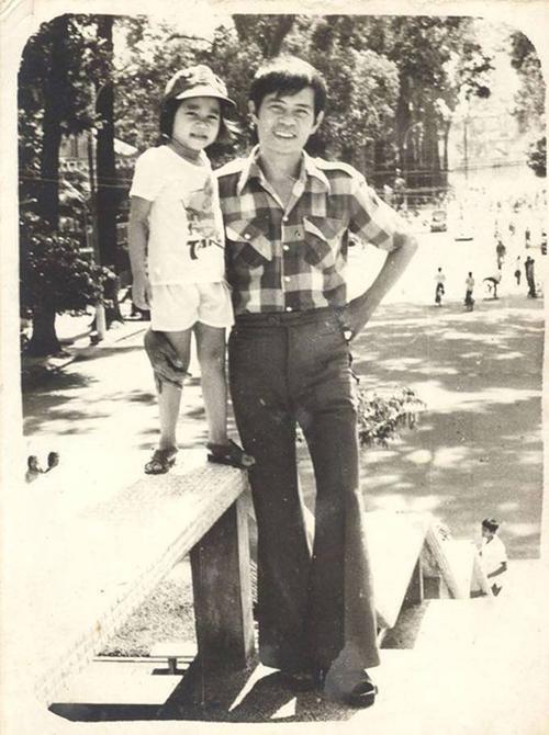 Thu Minh chụp ảnh cùng bố tại hồ con rùa năm 2 tuổi. Khoảng thời gian này, gia đình giọng ca Đừng yêu vừa chuyển từ Hà Nội vào TP HCM nên được bố đưa đi chơi.