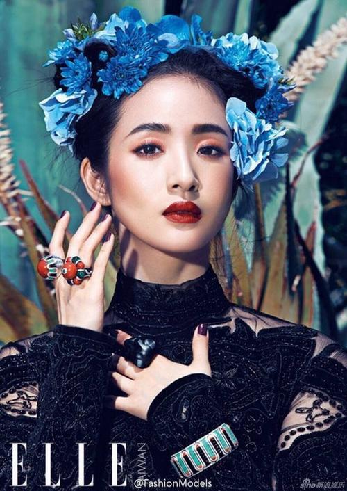 Nếu như Liêu Nham quá táo bạo thì trên Elle số tháng 9, Lâm Y Thần đẹp cổ điển và kín đáo.