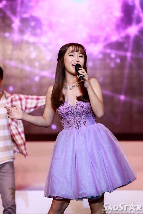 Giọng ca 16 tuổi Bảo Uyên tự tin thể hiện ca khúc Hát.