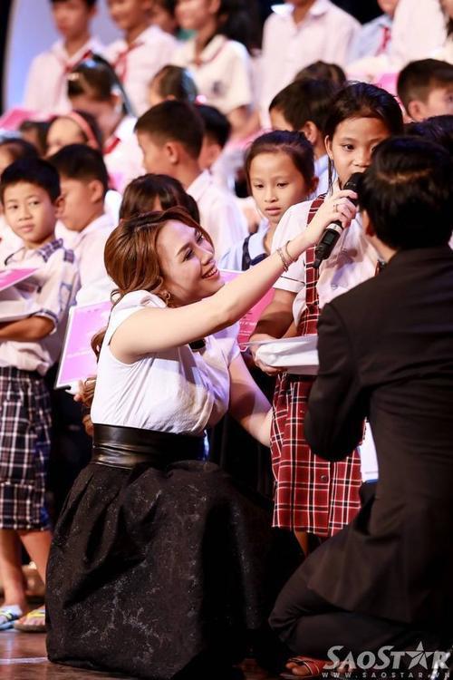 Mỹ Tâm và học trò trong phần trao học bổng cho các em học sinh.