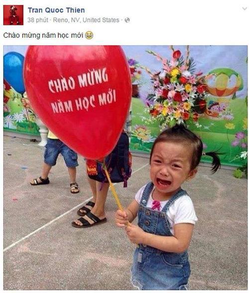 """Quốc Thiên đăng tải hình ảnh một cô bé cầm bong bóng và khóc nhè trong ngày đầu tiên tới trường. Anh chia sẻ ngắn gọn: """"Chúc mừng năm học mới""""."""