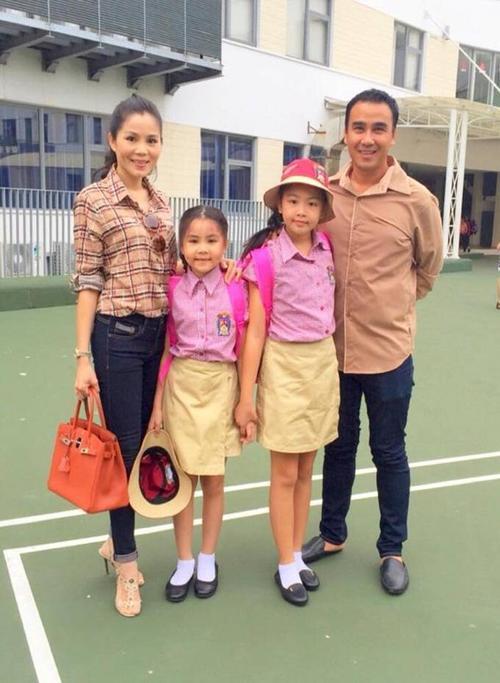 """Trước đó, vào ngày 26/8, MC Quyền Linh và vợ cũng đưa con tới trường. Anh viết ở trang Facebook riêng: """"Chúc mừng năm học mới. Chúc tất cả các em học sinh có một năm học mới thật nhiều niềm vui và thành công""""."""