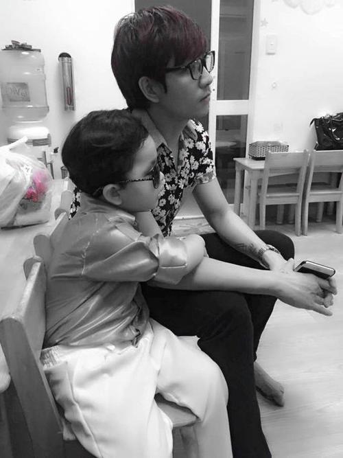 Tim - ông xã Trương Quỳnh Anh -  cũng chia sẻ những hình ảnh bên cậu con trai đáng yêu trong ngày tựu trường.