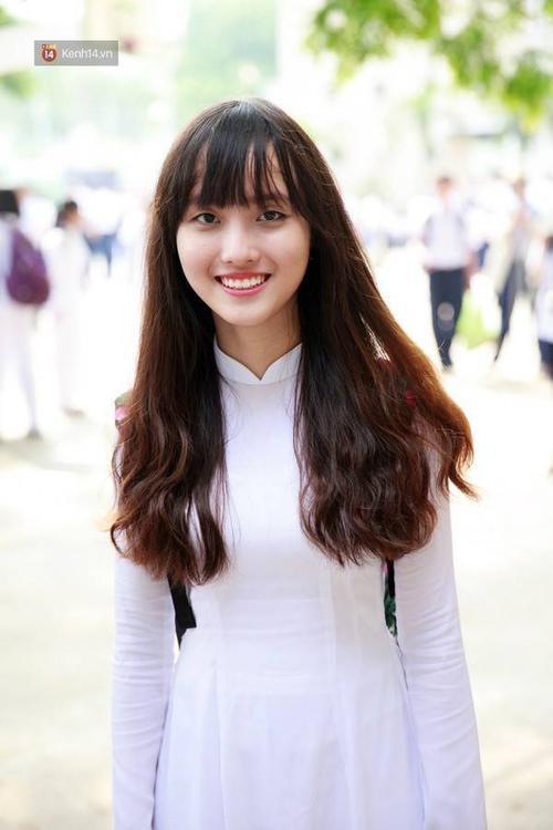 Cô bạn nào cũng không giấu được nụ cười tươi rói của ngày đầu tiên đến trường.