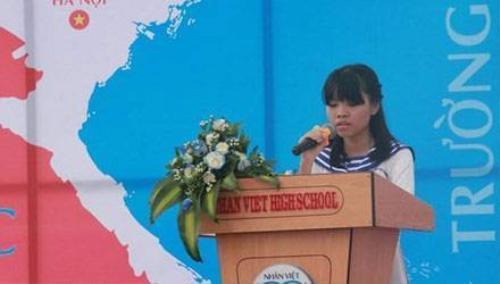 Hà Thị Phương Linh, học sinh lớp 12A1 trường THPT Nhân Việt, quận Tân Phú, TPHCM đã kể câu chuyện của chính bản thân em và mẹ khiến nhiều người bật khóc.