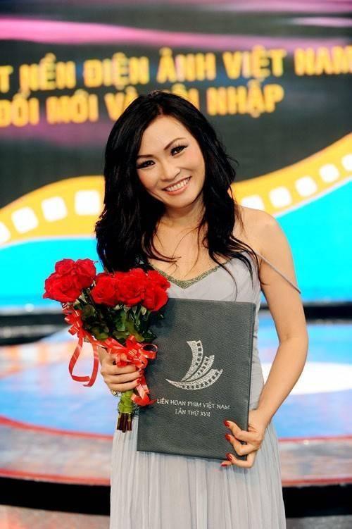 Ca sĩ Phương Thanh nhận giải Nữ diễn diễn viên phụ xuất sắc ở Liên hoan phim Việt Nam lần thứ 17 (năm 2011) nhờ vai Phương Cam trong bộ phim Những nụ hôn rực rỡ.