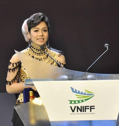 Giây phút Nhật Kim Anh được xướng tên ở hạng mục Nữ diễn viên xuất sắc tại Liên hoan phim Việt Nam quốc tế lần 1 (nay là Liên hoan phim quốc tế Hà Nội)  nhờ vai Cầm trong bộ phim Long Thành cầm giả ca.