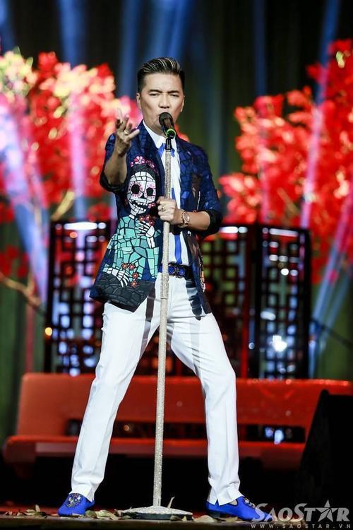 Trước khi khép lại đêm diễn, Mr. Đàm hát tặng người hâm mộ rất nhiều ca khúc hay như