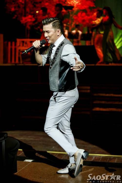 Phần vũ đạo sôi động của nam ca sĩ gốc Quảng Nam khiến nhiều khán giả thích thú, phần khích.