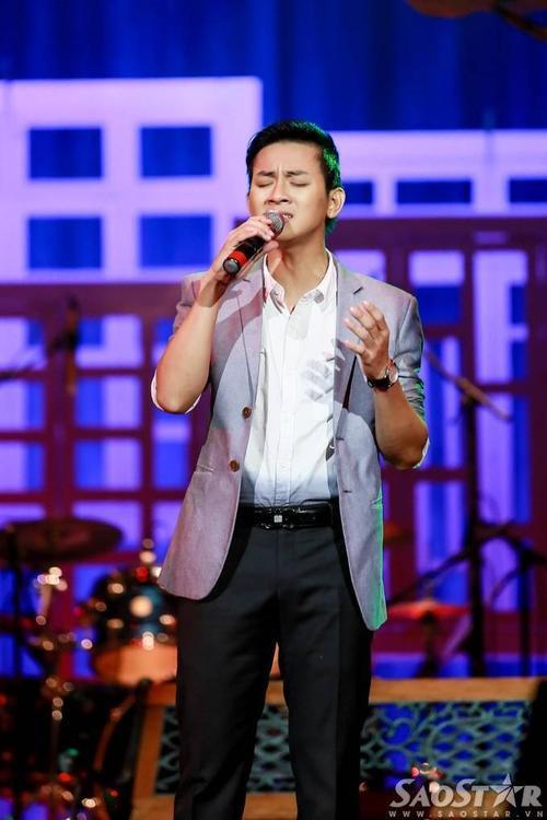Ở phần hát solo, Hoài Lâm mang đến sáng tác Xót xa của nhạc sĩ Lam Phương. Anh chinh phục khán giả bằng chất giọng sáng, tình cảm và sự sâu lắng.