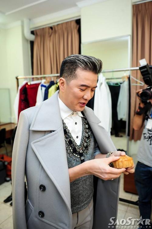 Tối 6/9, trước giờ diễn ra liveshow Mùa thu trong mưa tại Nhà hát Thành Phố (TP HCM), Đàm Vĩnh Hưng bất ngờ nhận được chiếc bánh trung thu nhỏ do học trò của anh - diễn viên Ngọc Thanh Tâm tự tay làm. Anh tỏ ra rất thích thú với món quà ý nghĩa này.