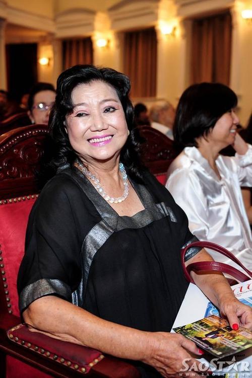 Ở hàng ghế khán giả, NSND Kim Cương cũng nhận được nhiều sự quan tâm, chứ từ giới truyền thông lẫn các khán giả có mặt trong đêm nhạc.