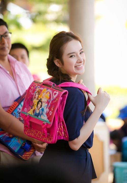 Nữ diễn viên sinh năm 1995 ăn vận trang phục đơn giản. Cô tranh thủ cùng các thành viên trong đoàn vận chuyển từng món quà từ xe vào trường học để trao cho các em nhỏ. Mặc dù phải hoạt động dưới tiết trời nắng nóng nhưng nữ diễn viên vẫn luôn giữ nụ cười tươi trên môi.