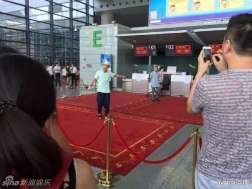 Trần Quán Hy la lối khi phát hiện có người không xếp hàng khi làm thủ tục sân bay.