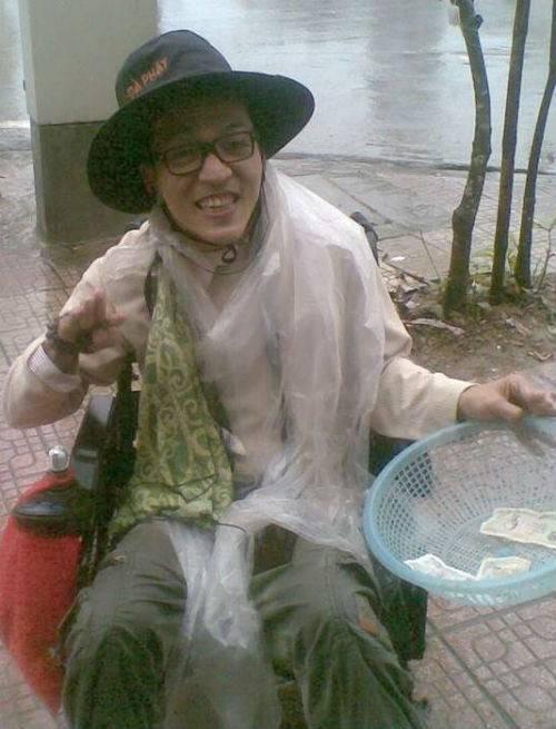 Dù nắng hay mưa Tân vẫn đi ăn xin. Ảnh: Gia Đình & Xã Hội.