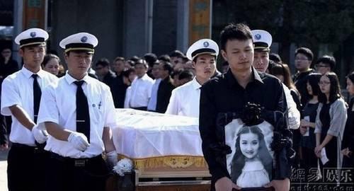 Di thể Châu Vân Lữ được đưa về nơi an nghỉ cuối cùng.