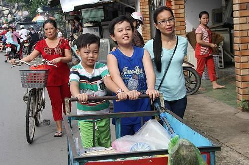 HLV Cẩm Ly vừa có chuyến đi đến căn phòng trọ và nơi bán bột chiên để tham gia đình, tìm hiểu cuộc sống của Thế Thanh. Ảnh: Cá Con