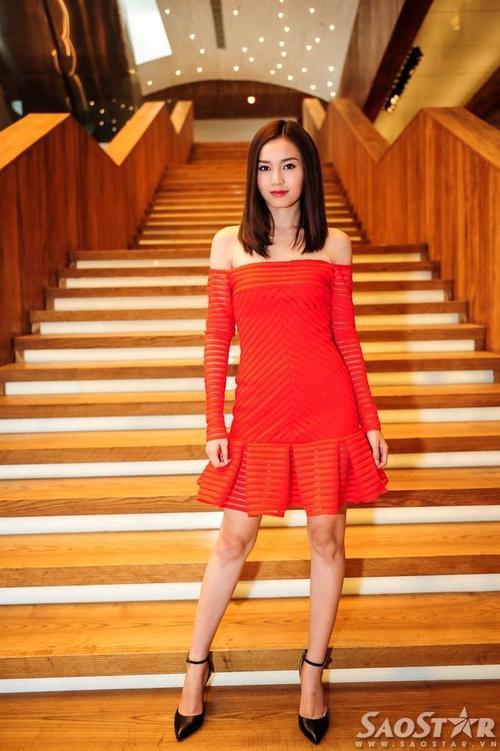 """Trong khi đó, Ninh Dương Lan Ngọc cũng thu hút sự chú ý không kém """"đàn chị"""" với chiếc đầm màu đỏ bắt mắt của NTK Công Trí."""