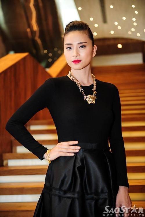 Giữ vai trò đạo diễn, nhà sản xuất lẫn diễn viên, Ngô Thanh Vân có mặt tại địa điểm diễn ra buổi  họp báo từ rất sớm. Cô diện bộ đầm đen kết hợp với loạt phụ kiện vàng nổi bật.