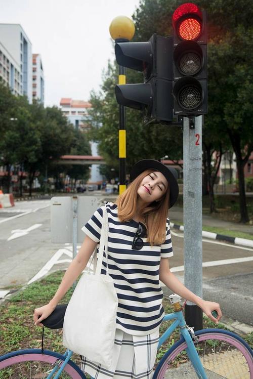 Không chọn những địa danh nổi tiếng tại Singapore, Lan Ngọc cùng ê-kíp quyết định thực hiện bộ ảnh tại các góc phố bình thường mà mình đi qua để mang tới cảm giác tự nhiên, gần gũi nhưng cũng đầy khác lạ.