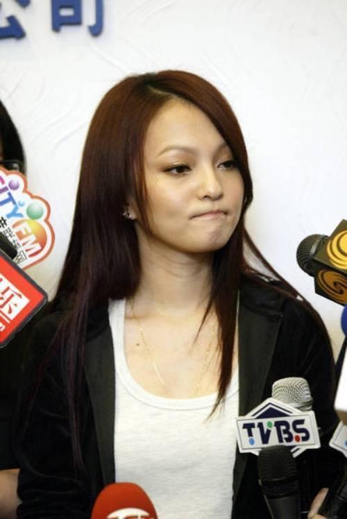 Cô tổ chức họp báo sau bê bối.
