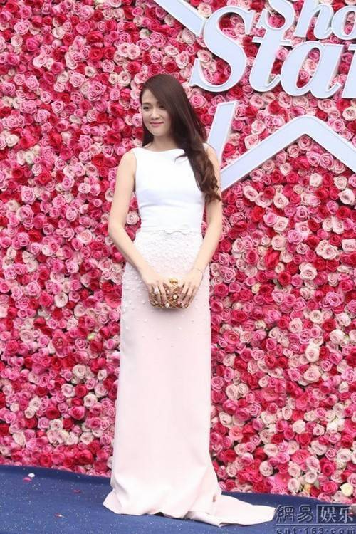 Trong bộ váy màu trắng tinh khôi, nữ diễn viên Đài Loan nổi bật dù đã ở tuổi U40.