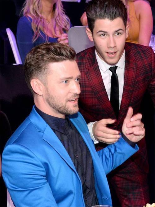 Nam ca sĩ trẻ hội ngộ Justin Timberlake tại một sự kiện đầu năm.