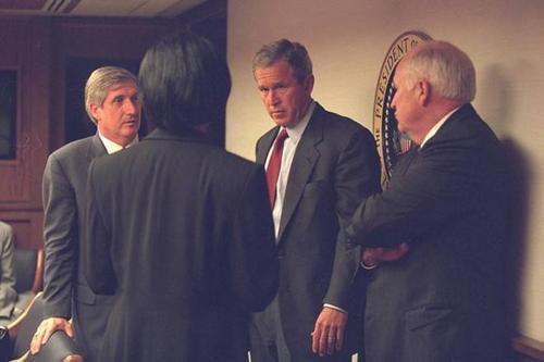 Khi chiếc Không lực Một chở ông chủ Nhà Trắng cất cánh hướng thẳng về Washington, phi cơ buộc phải bay lòng vòng do yêu cầu của Mật vụ Mỹ. Cuối cùng là máy bay tổng thống đã đổi hướng và bay đến sân bay Barksdale tại bang Louisiana. Ảnh chụp tổng thống Bush thảo luận với các quan chức cấp cao tại Trung tâm các hoạt động Khẩn cấp của tổng thống (PEOC) trước khi phát biểu trực tiếp trên truyền hình vào tối ngày 11/9. Ảnh: US National Archives