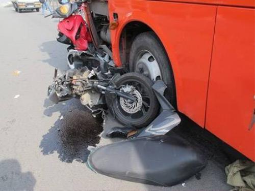 Nhiều xe bị cán nát.